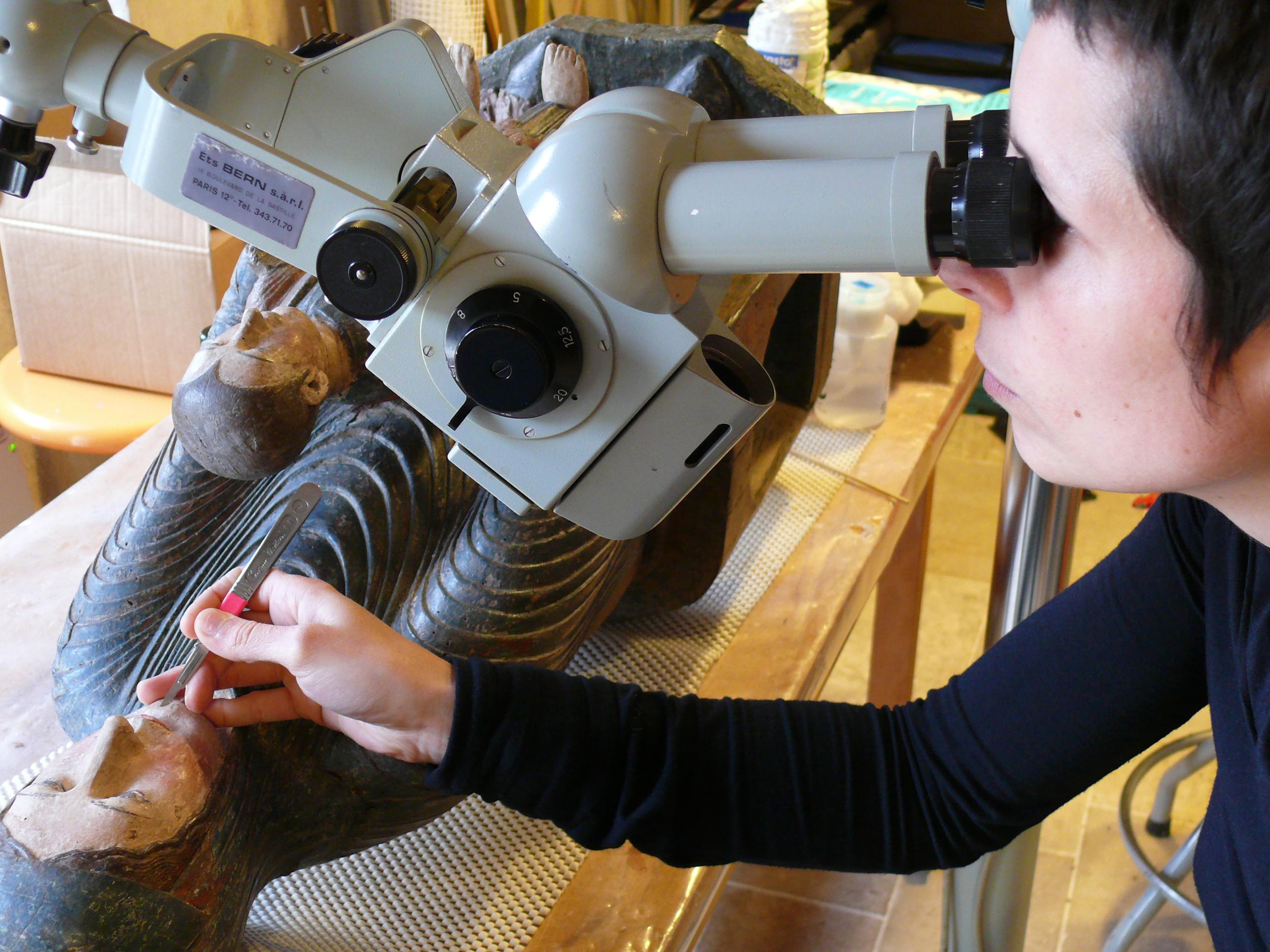 Agnès Blossier, spécialisée en restauration de maquettes et modèles de bateaux