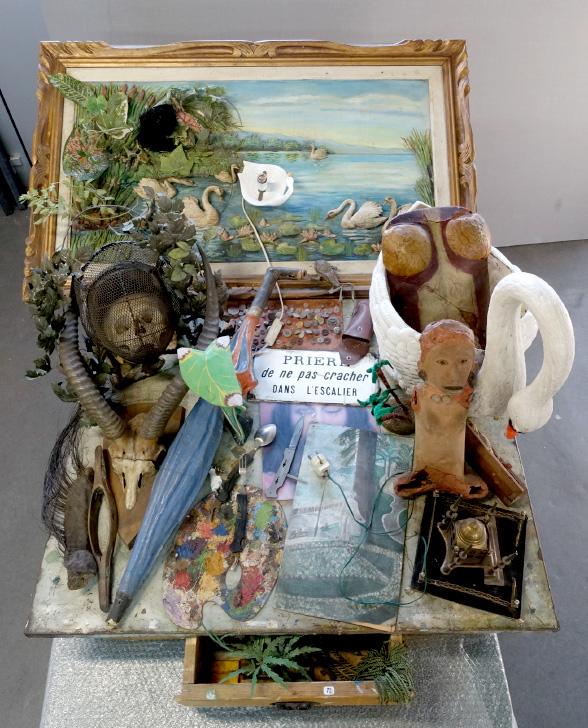"""art contemporain restauration """"Prière de ne pas cracher dans l'escalier"""", tableau-piège, 1990, Daniel Spoerri, collection particulière. Restauration."""